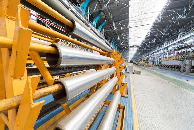 De aluminiumbuizen zijn op speciale rekken royalty-vrije stock fotografie