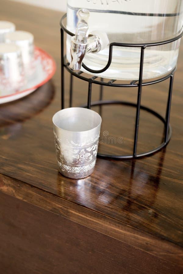De aluminiumkop voor drinkt water stock fotografie