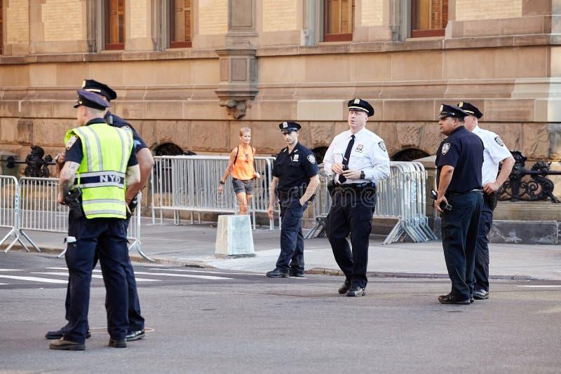 De ambtenaren van de de Politieafdeling van New York beveiligen NYC-Triatlon stock foto