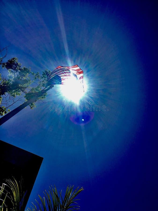 De Amerikaanse blauwe hemel van de vlagzon stock foto