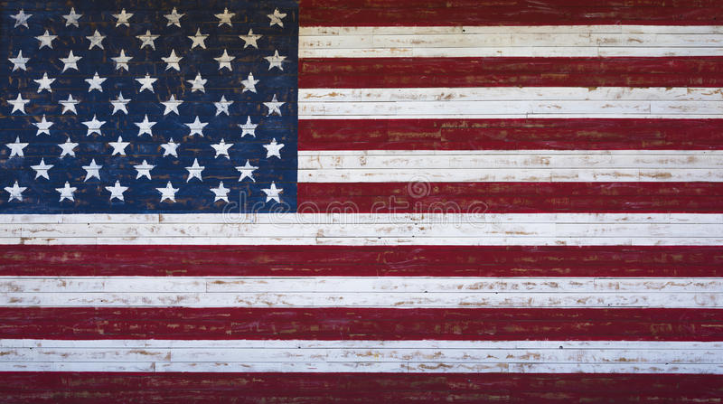 De Amerikaanse die of vlag van Verenigde Staten op een houten plankmuur wordt geschilderd stock afbeelding