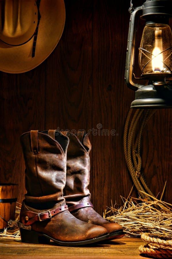 De Amerikaanse Laarzen van de Cowboy van de Rodeo van het Westen in een Schuur van de Boerderij stock foto