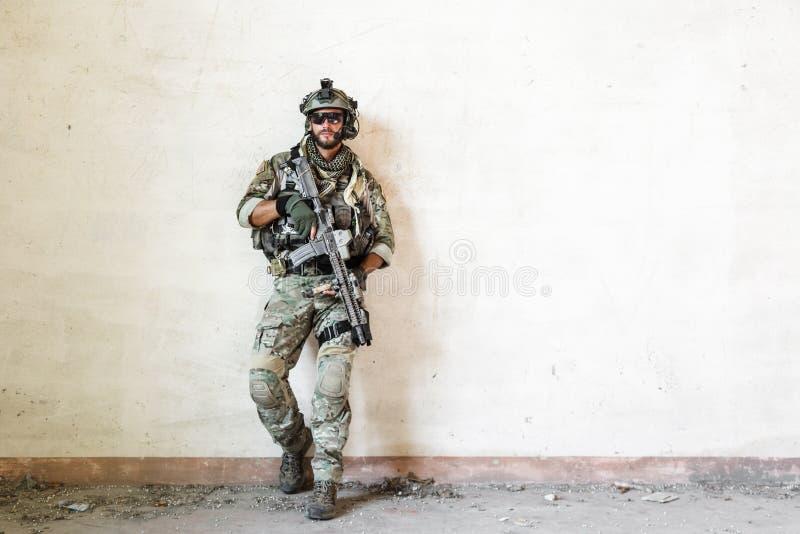De Amerikaanse militair stelt tijdens militaire operatie royalty-vrije stock foto's