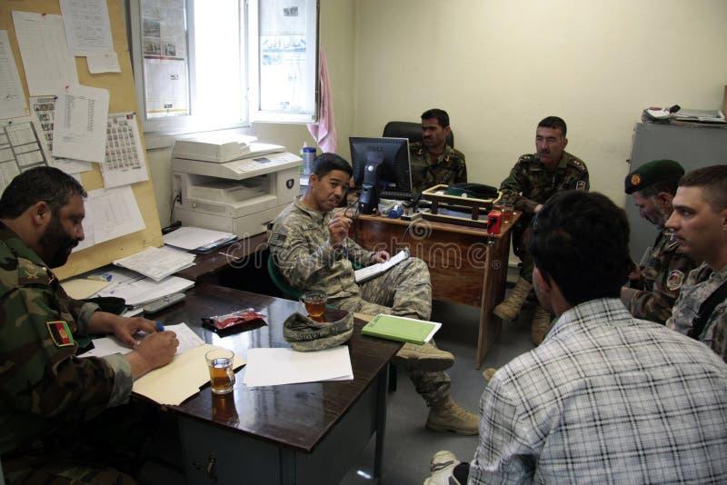 De Amerikaanse Militairen leiden Afghaans Leger op stock foto