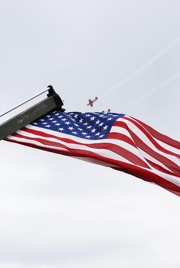 De Amerikaanse vlag toont op vierde van juli-parade stock afbeelding