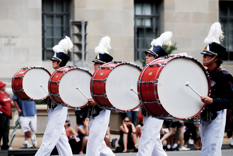 De Amerikaanse vlag toont op vierde van juli-parade stock foto