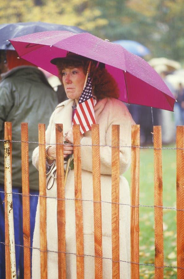 De Amerikaanse Vlag van de Holding van de Weduwe van de oorlog royalty-vrije stock foto's