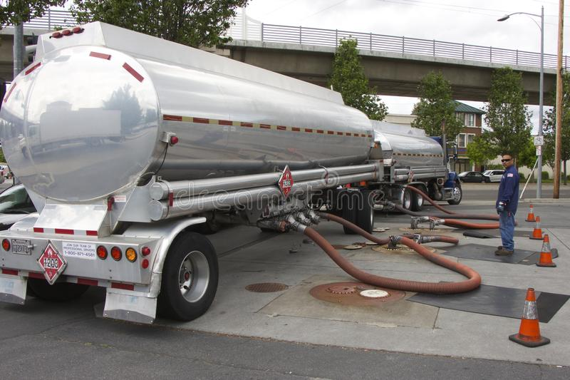 De Amerikaanse vrachtwagen-tanker voegt benzine bij een benzinestation samen royalty-vrije stock afbeelding