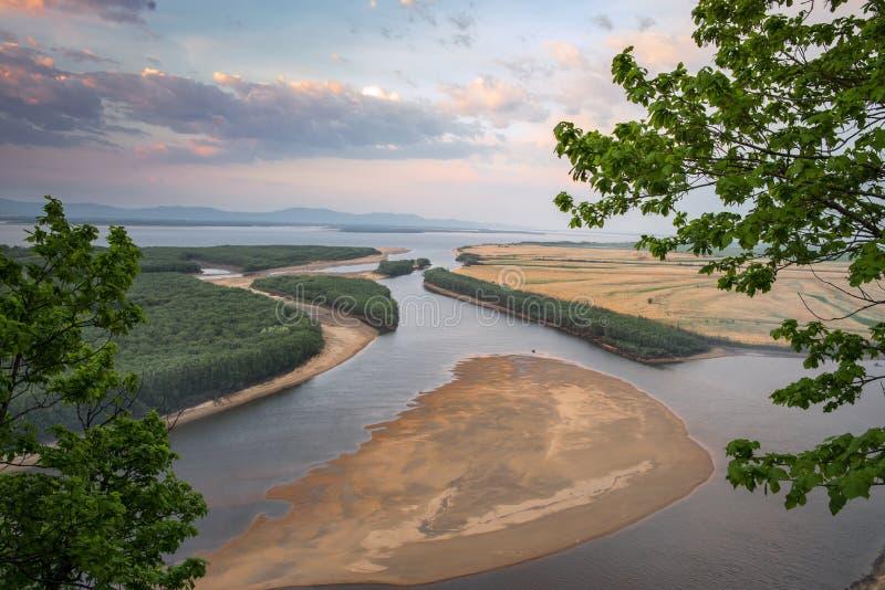 De Amur-Rivier dichtbij het dorp van Ommi Khabarovsk Regionin royalty-vrije stock foto