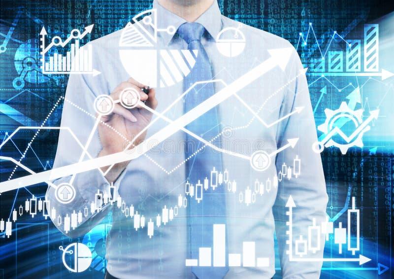 De analist trekt financiële berekeningen en voorspellingen op het glasscherm Grafieken, grafieken en pijlen overal