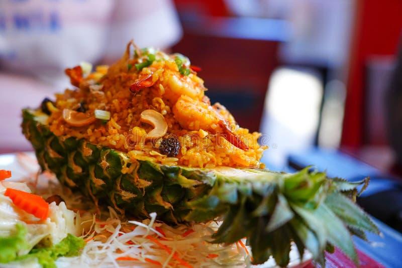 De ananas van de voedselschotel op de houten textuurachtergrond royalty-vrije stock foto