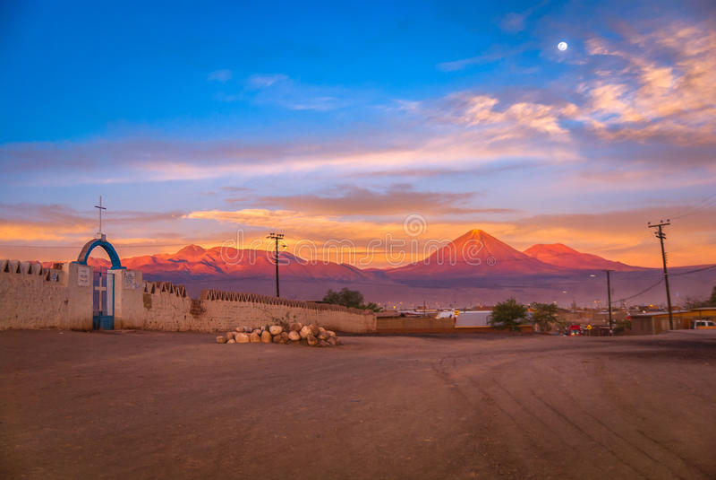 De Andes met Licancabur-vulkaan op de Boliviaanse grens in de zonsondergang bij volle maan, San Pedro de Atacama, Chili, Zuid-Ame royalty-vrije stock afbeelding