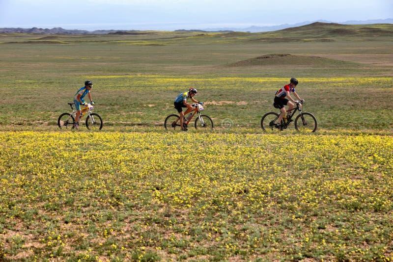 Download De Andventureconcurrentie Van De Bergfiets Redactionele Fotografie - Afbeelding bestaande uit biking, helm: 54075282