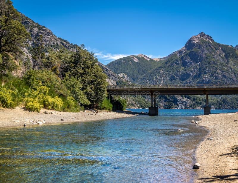 De Angosturabrug van Arroyola in Circuito Chico - Bariloche, Patagonië, Argentinië stock afbeelding