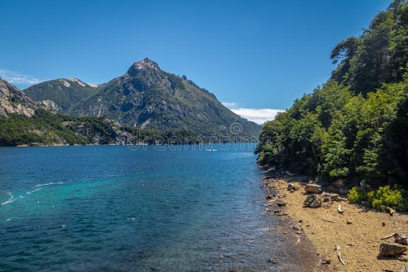 De Angosturastrand van Arroyola in Circuito Chico - Bariloche, Patagonië, Argentinië stock fotografie