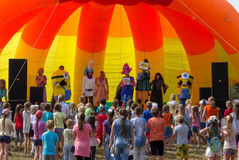 De animators op stadium onderhouden kinderen bij de festivaldag van het dorp van Kamennomostsky in het de herfstpark stock foto's