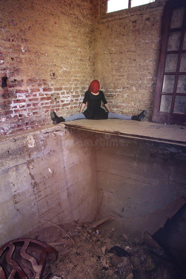 De anonieme zitting van het clownmeisje in de alleen hoek royalty-vrije stock foto