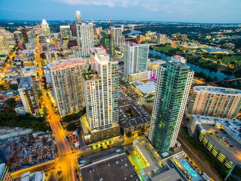 De antenne over Austin Texas Night Cityscape Skyline met van de motielichten en Vorst Banktoren stak omhoog bij nacht aan stock foto's