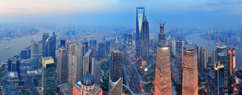 De antenne van Shanghai bij zonsondergang