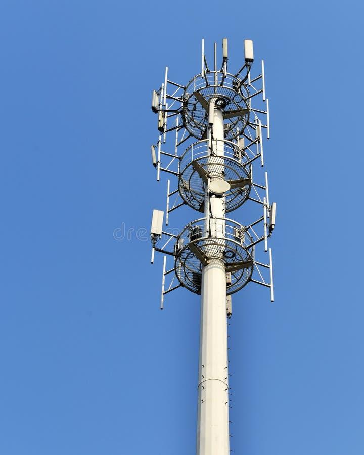 De antennetoren van de celtelefoon royalty-vrije stock afbeelding