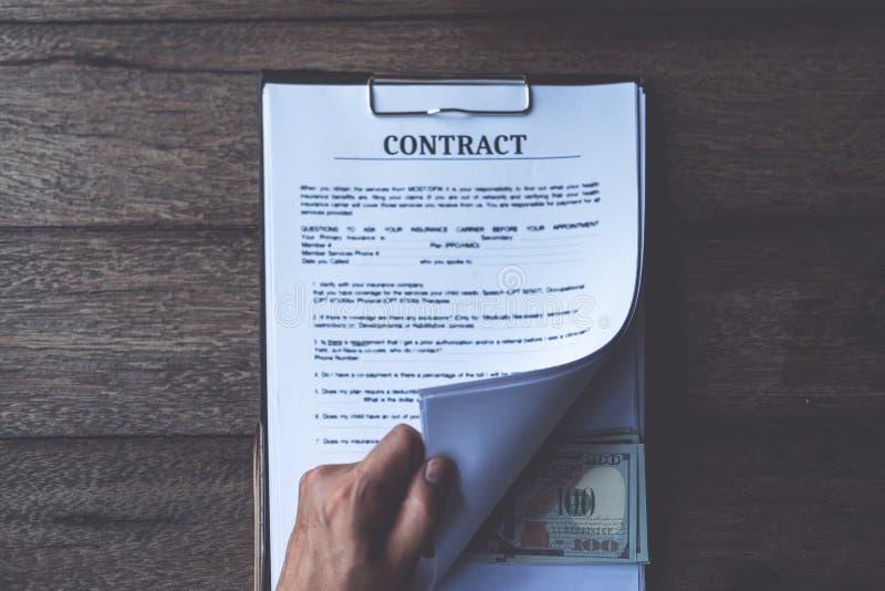 De antidieomkoperij en corruptieconcepten, geld in dossier wordt aangeboden, die geld in dossier geven terwijl het maken van over royalty-vrije stock afbeeldingen