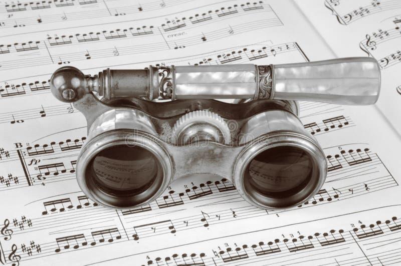 De antieke Glazen van de Opera op een Score van de Muziek royalty-vrije stock afbeelding