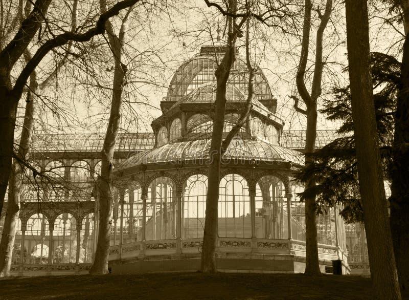 De antieke industriële bouw met metaal en glasvoorgevel royalty-vrije stock afbeeldingen