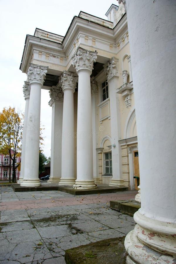 de antieke mooie oude oude steenbouw met grote witte hoge concrete kolommen royalty-vrije stock afbeeldingen