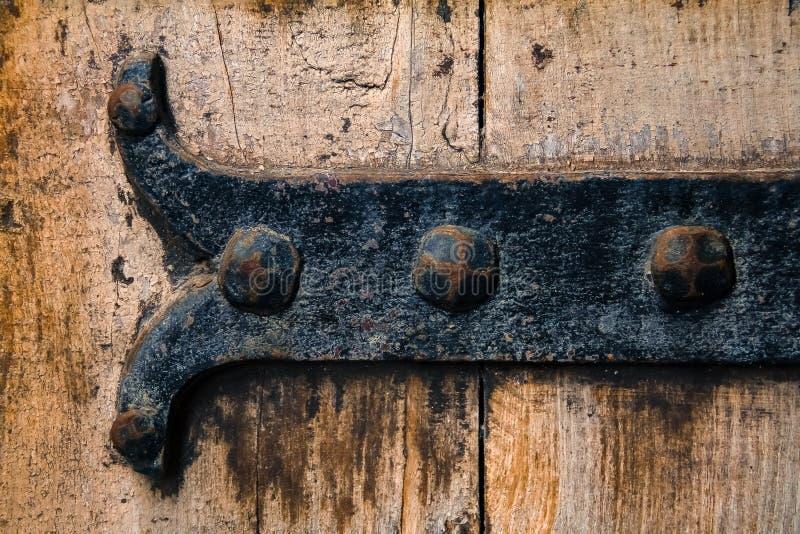De antieke rustieke scharnier van de gietijzerdeur in schilderachtig middeleeuws ci royalty-vrije stock afbeelding