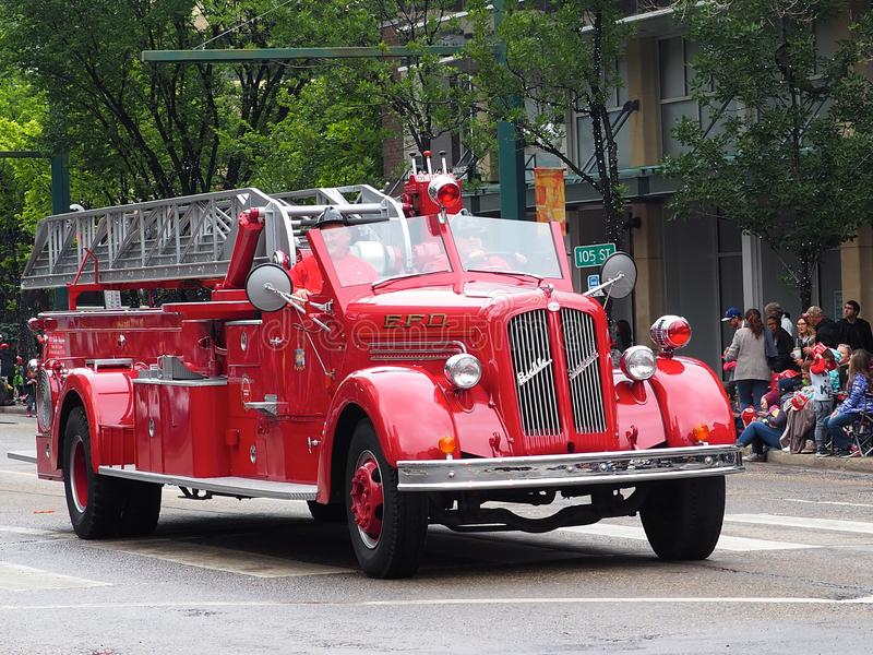 De antiquiteit herstelde Brandvrachtwagen in KDays-Parade royalty-vrije stock afbeelding