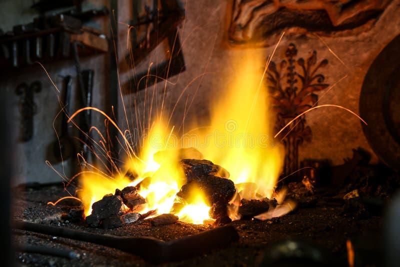 De antraciet brandwonden in smeden stock fotografie