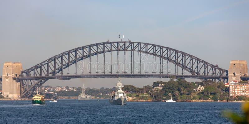 De anzac-Klasse van HMAS Perth FFH 157 fregat van de Koninklijke Australische Marine die onder iconisch Sydney Harbor Bridge vare stock afbeeldingen