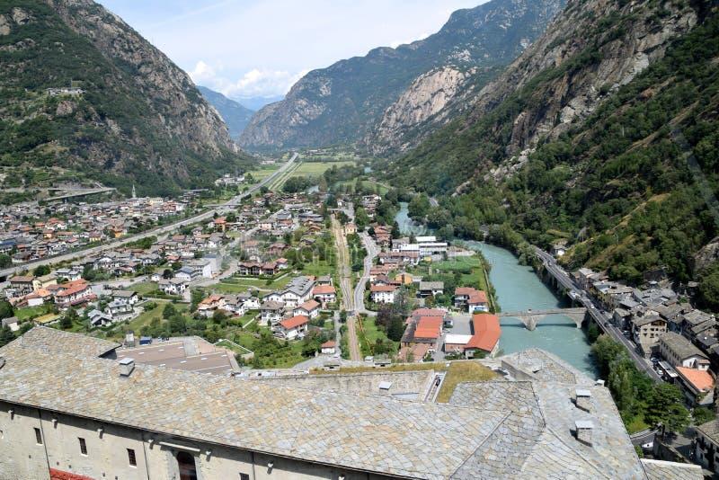 De Aosta-Vallei uit het Fort du Bard - Italië wordt genomen dat stock afbeeldingen