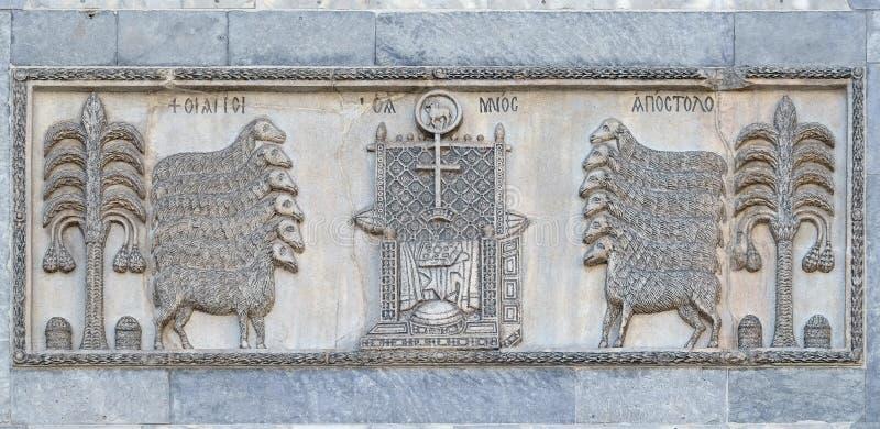 De 12 apostlarna som älskar biskopsstolen som är förberedd för den sista domen royaltyfri bild