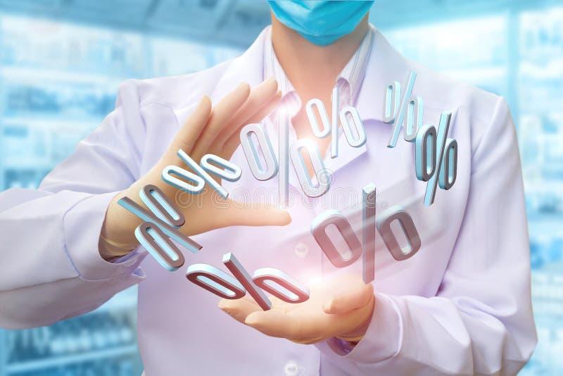 De apotheker toont rentekortingen aan apotheken stock foto