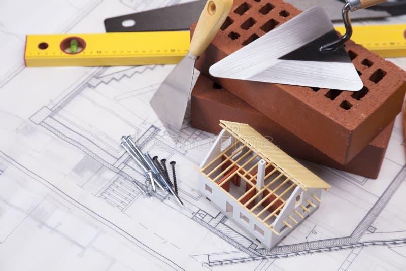 De apparatuur van de bouw en van de bouw met huiswijze royalty-vrije stock foto's
