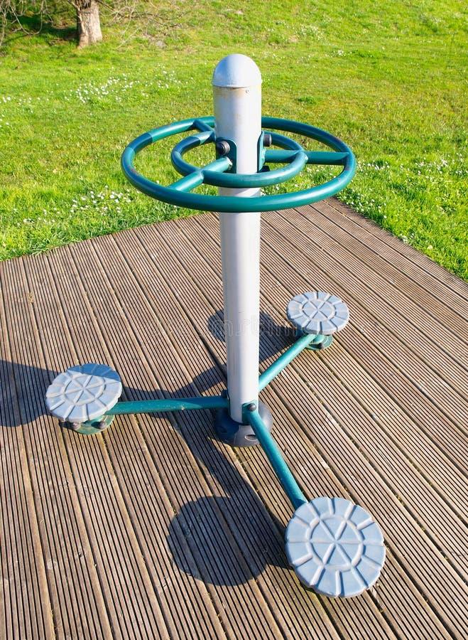 De apparatuur van de oefening in openbaar park stock afbeelding