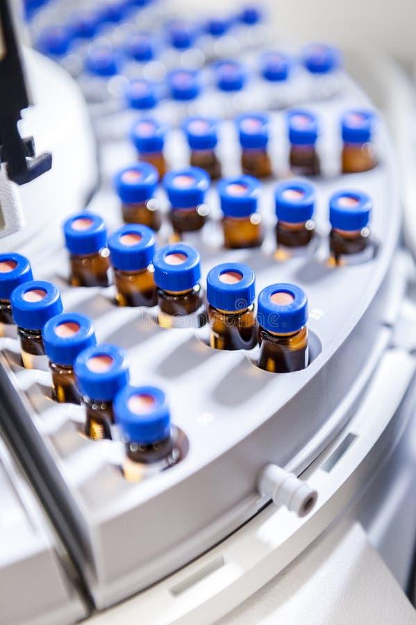 De apparatuur van de test met miniglasbuizen stock afbeeldingen
