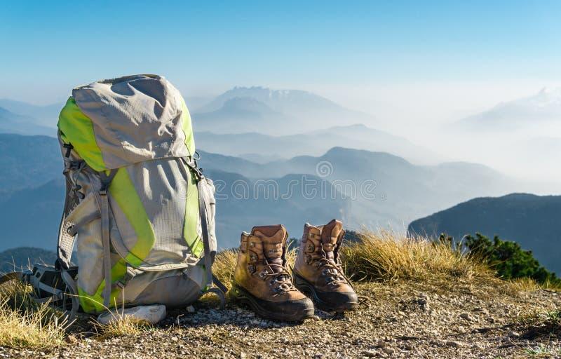 De Apparatuur van de wandeling Rugzak en laarzen bovenop berg royalty-vrije stock foto