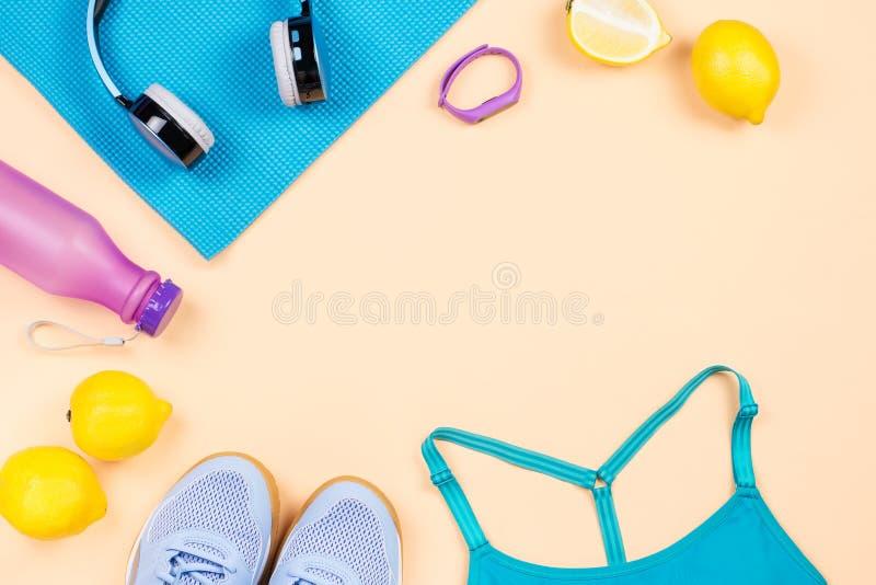 De apparatuur van de geschiktheid De toebehoren en de kleren de vlakte van de vrouwentraining lag Hoogste mening, geschiktheidsac stock afbeelding
