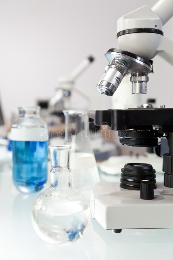 De Apparatuur van het Onderzoek van de microscoop in een Laboratorium royalty-vrije stock foto