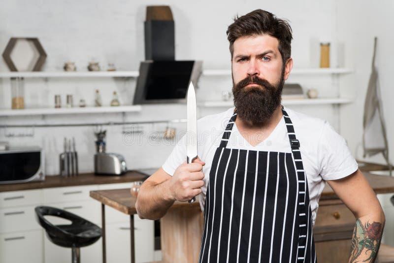 De apparatuur van de keuken Culinaire zaken Smakelijke keuken ernstige en zekere chef-kok in restaurant gebaarde mens hipster bin stock foto