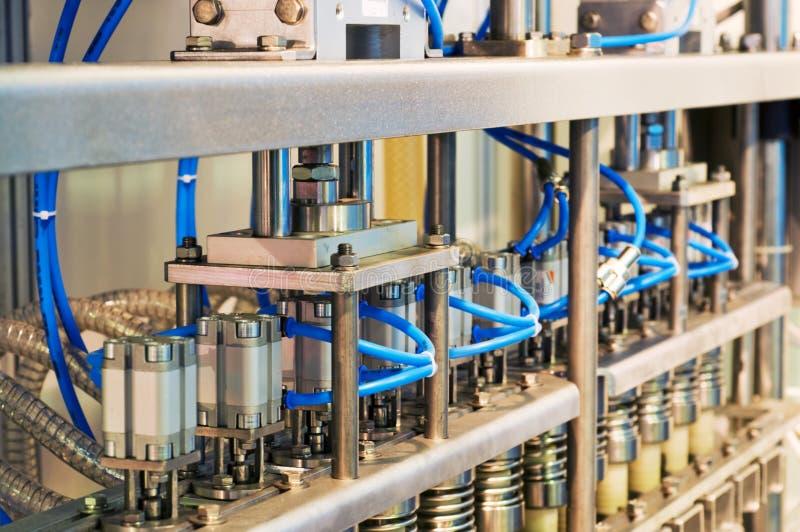 De apparatuur voor verpakking van dranken. stock foto's