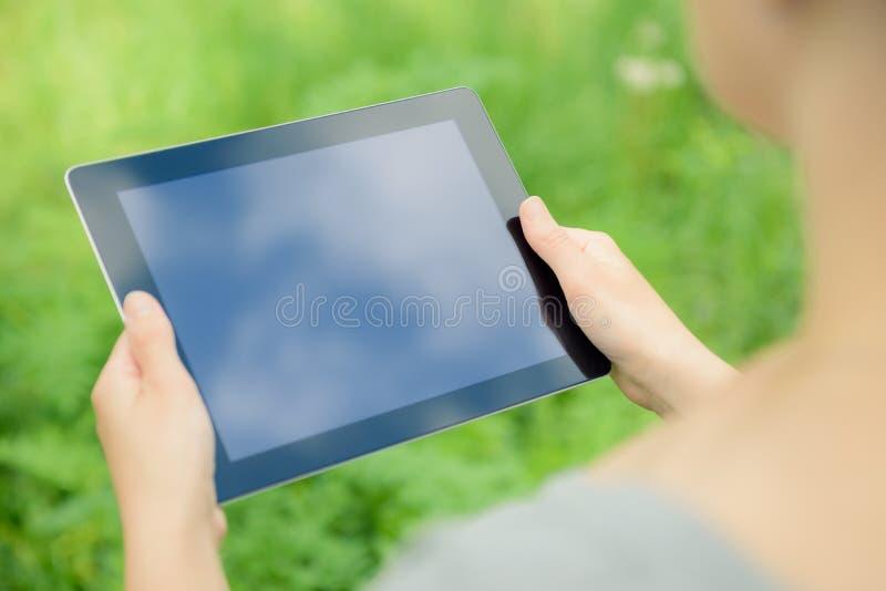 De Appel Ipad van de holding in handen stock fotografie