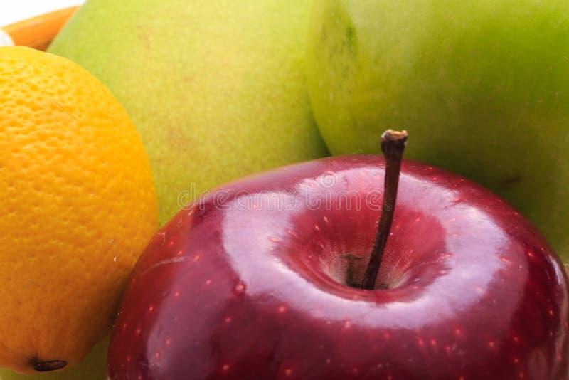 De appel van de citroenmango in de mand stock afbeeldingen