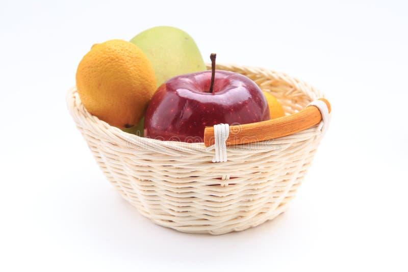 De appel van de citroenmango in de mand op witte achtergrond wordt geïsoleerd die stock foto's