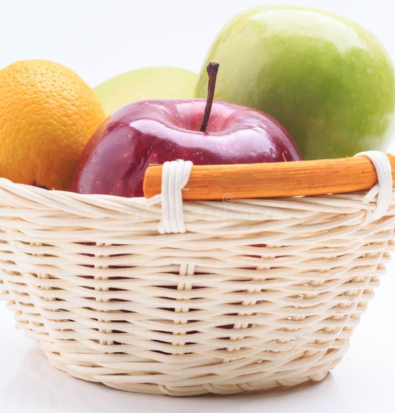 De appel van de citroenmango in de mand op witte achtergrond wordt geïsoleerd die royalty-vrije stock foto's