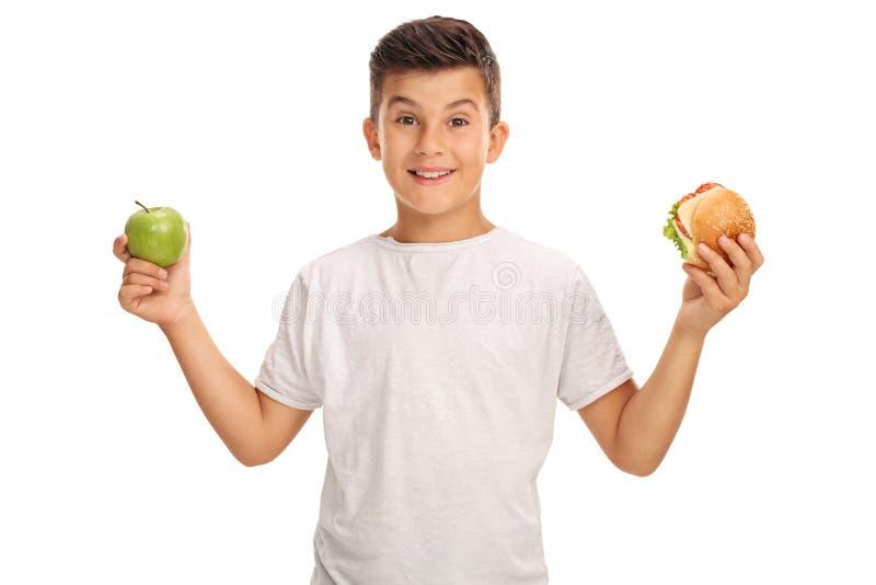 De appel van de jongensholding en een sandwich royalty-vrije stock foto