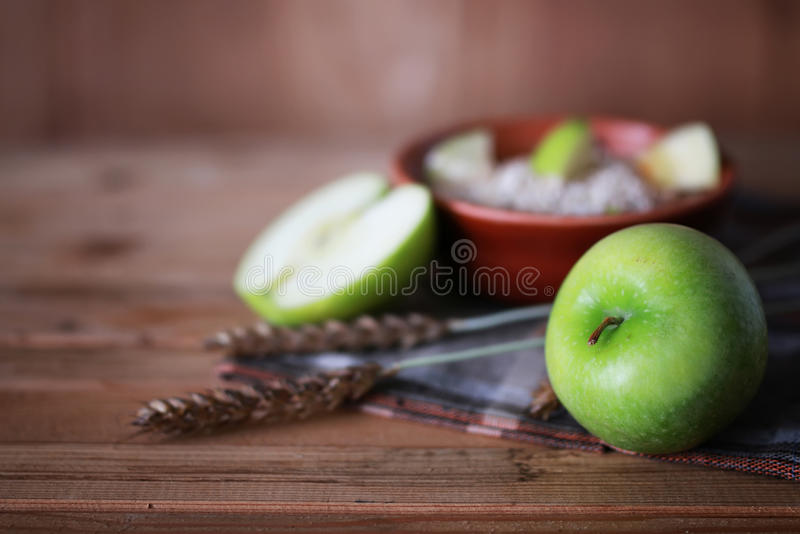 De appelenaartjes van het graangewassenontbijt royalty-vrije stock foto