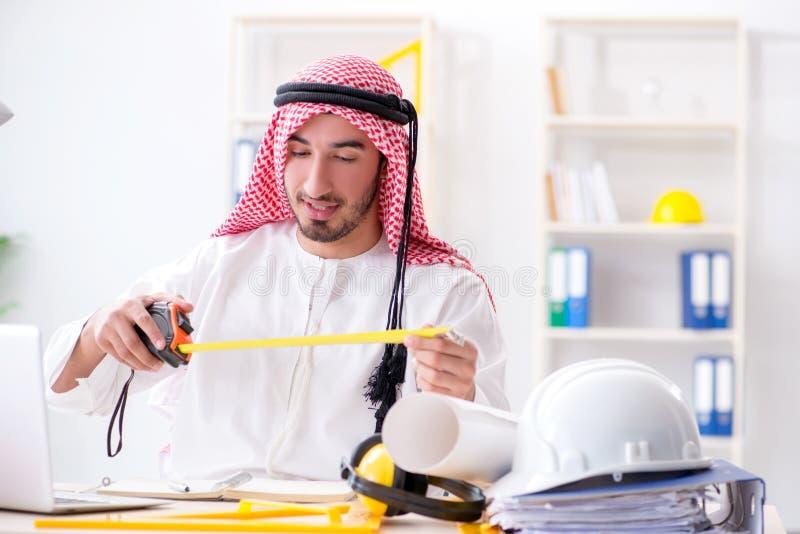 De Arabische ingenieur die aan nieuw project werken stock foto
